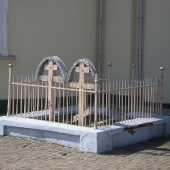 Могила рядом со Свято-Никольской церковью