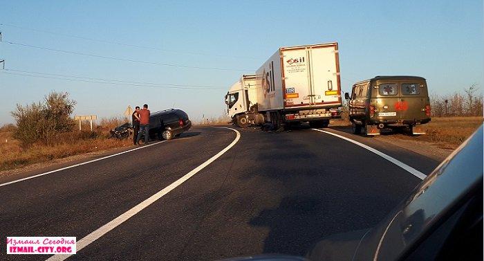 На трассе Одесса-Рени фура лоб в лоб столкнулась с легковым авто. ФОТО