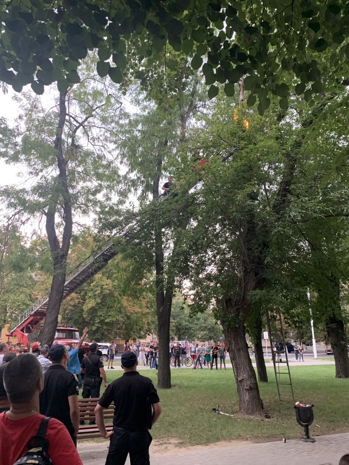 В Измаиле спасатели сняли с дерева неадекватного мужчину. ФОТО. ВИДЕО