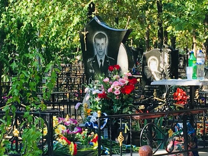 День пам'яті захисників України: в Ізмаїлі поклали квіти на могилу капітана Олександра Світличного