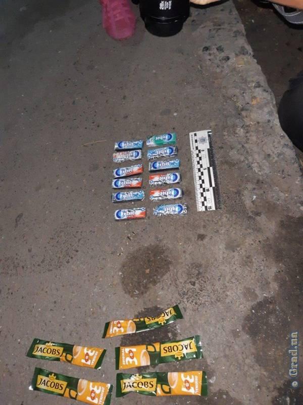 В Измаиле два парня и девушка ограбили табачный киоск. ФОТО