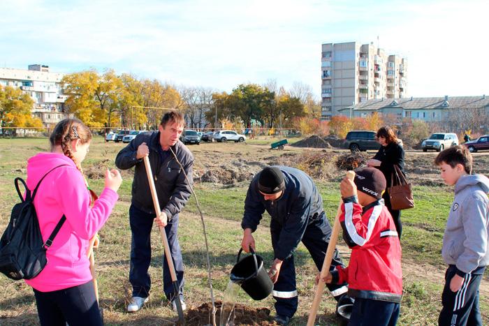 Депутаты сажают деревья на Копаной балке