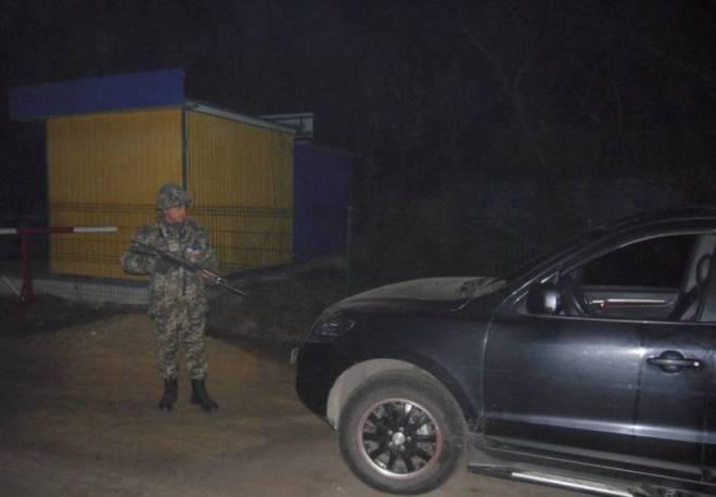 21 декабря, около 22:00 на пограничный пункт пропуска «Маяки» въехал автомобиль Hyundai Santa Fe. Игнорируя автомобильный знак «Stop» водитель внедорожника направил авто к границе. Однако пограничники заблокировали дорогу и задержали нарушителя.