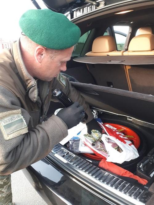 Служебный пес измаильских пограничников обнаружил в авто патроны. ФОТО
