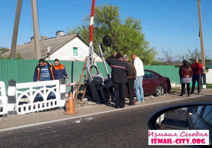 На трассе Одесса-Рени фура протаранила поезд, а водитель Mazda столкнулся со шлагбаумом. ФОТО