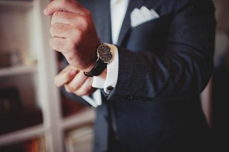Часы на парне «выдают» его характер