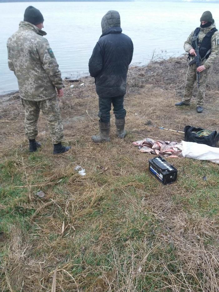На озере Кугурлуй пограничники задержали браконьера с электроудочкой и рыбой