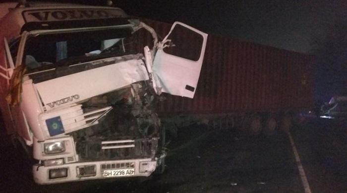 Под Одессой в ДТП погибли два человека, еще четверо пострадали. ФОТО