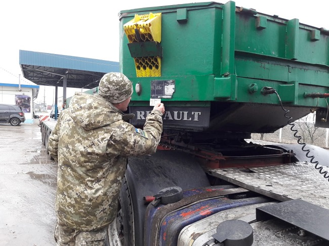Пограничники Измаильского отряда выявили несовпадение номера рамы прицепа грузовика с документами