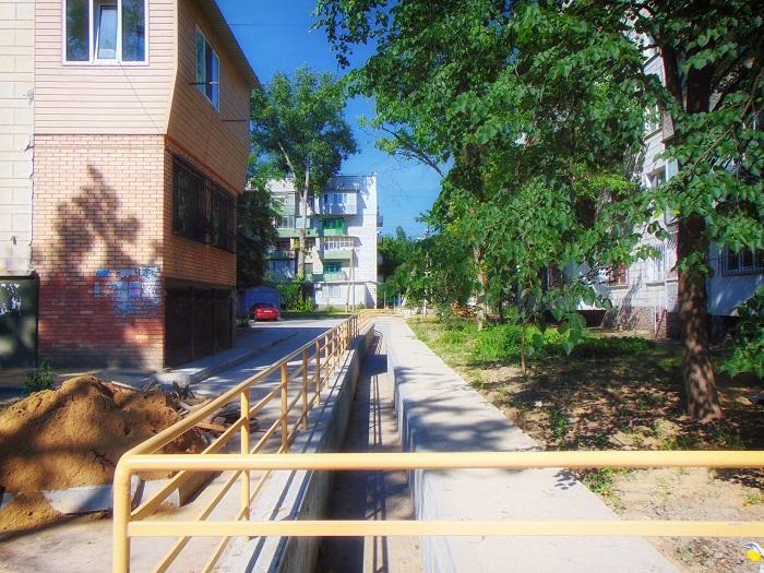 В Измаиле продолжаются работы по обустройству тротуаров и ливневой канализации