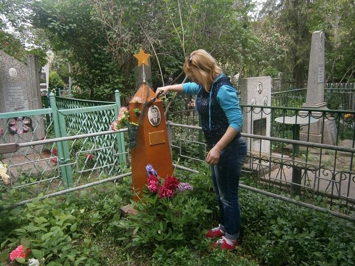 Измаильские активисты привели в порядок могилу ветерана. ФОТО