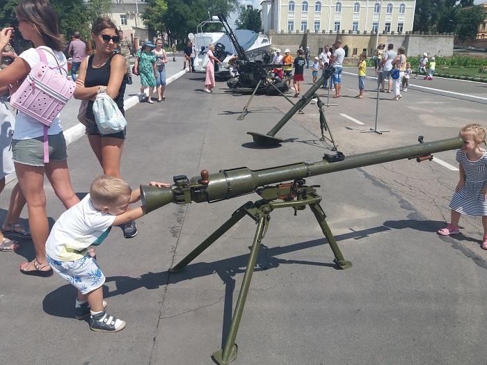 В Измаиле пограничники показали новую бронетехнику и накормили всех желающих солдатской кашей