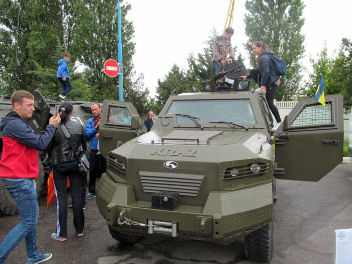 Измаильские пограничники организовали выставку военной техники и вооружения