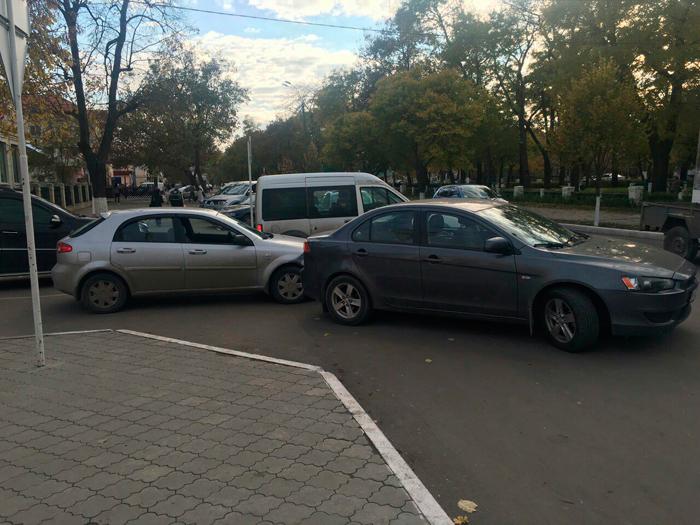 Сегодня, 4 ноября в Измаиле произошло ДТП. На перекрестке улицы Верхнеторговой и проспекта Суворова столкнулись автомобили Chevrolet и Mitsubishi.