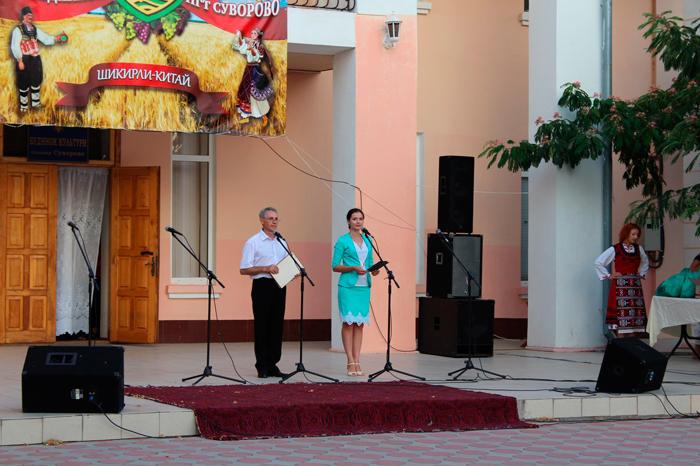 Для жителей поселка Суворово спел Александр Павлик