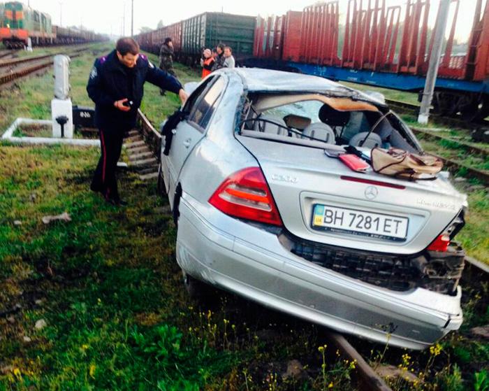 """-AKYqm2aQrE_02 В Одесской области погиб парень на """"Мерседесе"""", вылетев на железнодорожные пути"""