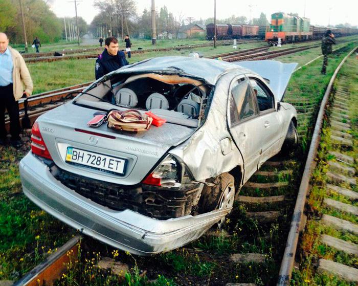 """fNJa_yvW9_E_02 В Одесской области погиб парень на """"Мерседесе"""", вылетев на железнодорожные пути"""